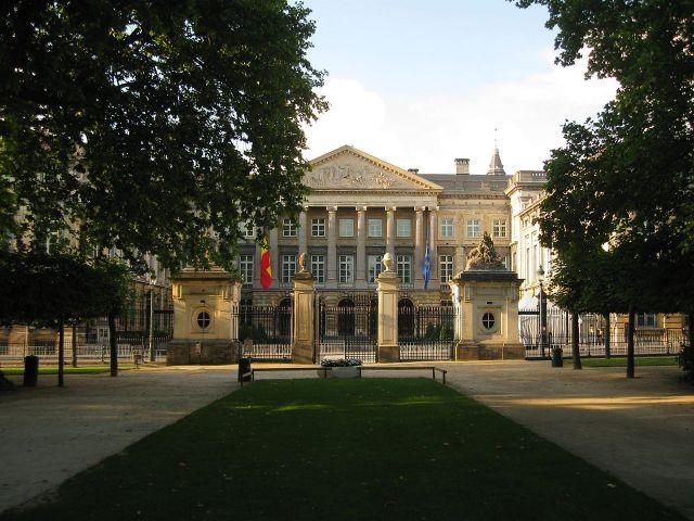 Palais_de_la_Nation_à_Bruxelles,_vu_depuis_le_Parc_Royal