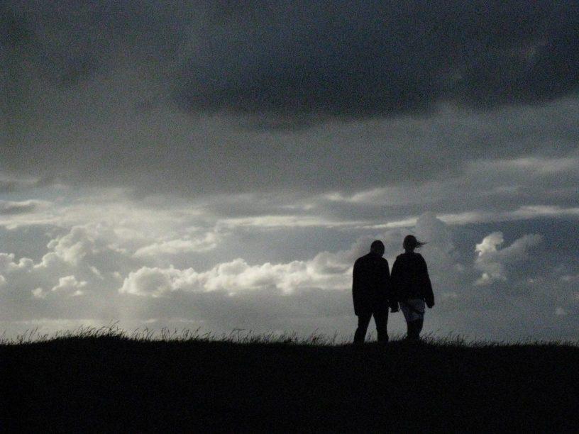 Couple sur les berges de l'Elbe à Glückstadt